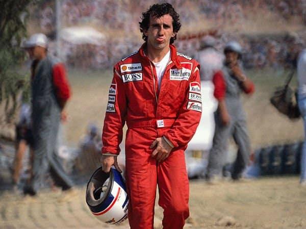 Alain Prost si esibisce in un gesto scaramantico